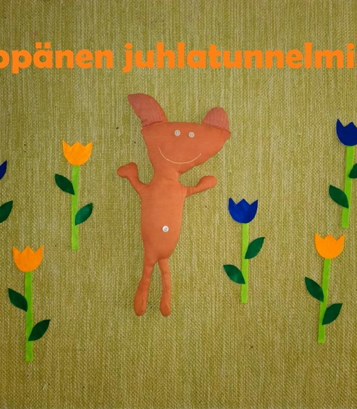 Köppäs-nukke kukkien keskellä